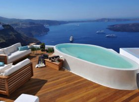 9 prestigious holiday suites to let in Imerovigli Santorini with stunning panoramic sea views