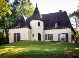 Stunning 4 bedroom holiday house in Beynac France with private swimming pool and formal gardens