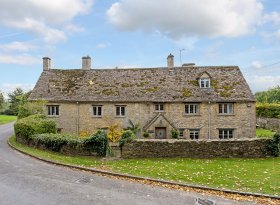 Swinbrook Cottage is an outstanding family home in the delightful Cotswolds village of Swinbrook.