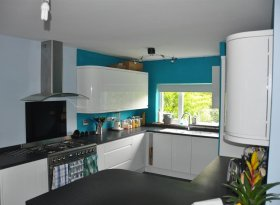 Kitchen - with range oven and breakfast bar
