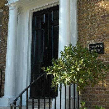 Find self-catering accommodation for Studio apartment - Georgian apartment offering fully serviced accommodation next to Hampton Court.
