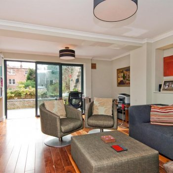 Find self-catering accommodation for Large, luxury 3-bed self catering holiday rental apartment in quiet street close to central London