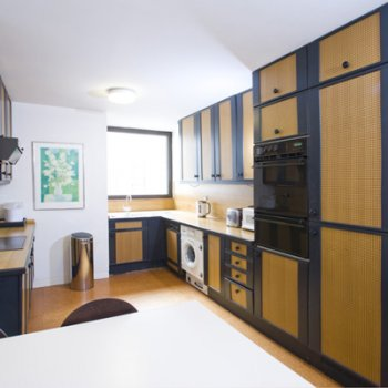 Find self-catering accommodation for Large 2 bed 2 bath self catering apartment with lift. Opposite St James' Park in Mayfair, London.