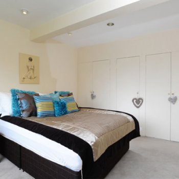 Find self-catering accommodation for 4 bedroom, 2 bathroom holiday home home central NW London, garden terrace & garage in St Johns Wood