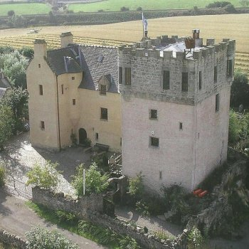 Find self-catering accommodation for 15th Century Castle Tower central to Edinburgh, Glasgow, Stirling.