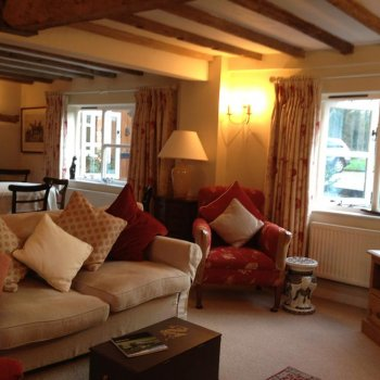 Find self-catering accommodation for Fabulous house in village near Cheltenham, ideally located and within reach of Cheltenham Festival.