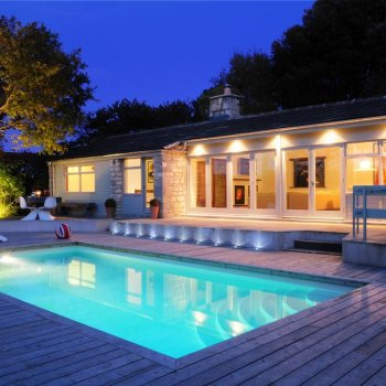 Find self-catering accommodation for Funky self catering house by Rodborough Common, Stroud. 12 miles from Cheltenham. Swimming Pool!