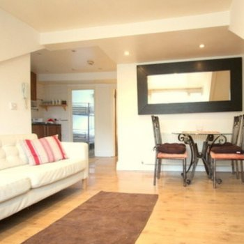 Find self-catering accommodation for Stylish and contemporary 2 bedroom self catering apartment near Kensington, London.