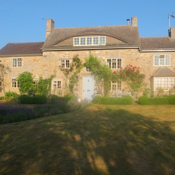 Find self-catering accommodation for Charming holiday cottage in Oxfordshire with Swimming Pool and beautiful countryside. Private drive.