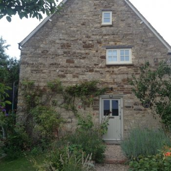 Find self-catering accommodation for Charming Grade II listed cottage near to Silverstone. Ideal accommodation for F1 & Moto GP.