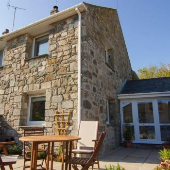 Find self-catering accommodation for Seaside Chic Holiday Cottage, Short Walk from the Beach and Award Winning Pub in Cornwall.