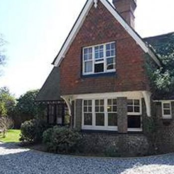 Find self-catering accommodation for Luxury Holiday Country Cottage in Centre of Brighton, ideal for Glyndebourne, Brighton Festivals etc