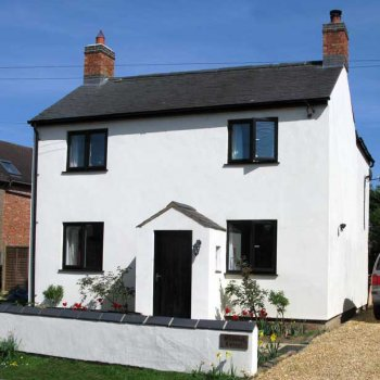 Find self-catering accommodation for Character cottage available for short stays in the heart of Silverstone - ideal for the motor racing