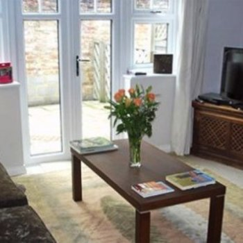 Find self-catering accommodation for 2 bedroom house in Leatherhead with ensuite bathrooms, perfect for short breaks