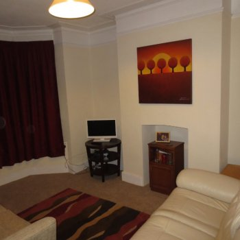 Find self-catering accommodation for Cosy 3 bedroom mid-terrace house, ideally located near station and Cheltenham Racecourse