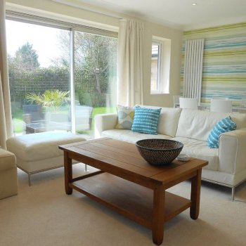 Find self-catering accommodation for Modern 4 bedroom bungalow in Epsom, perfect for the Epsom Derby and visits to London