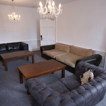 Find self-catering accommodation for Convenient 6-bedroom city centre apartment in Edinburgh, sleeps 25, perfect for Edinburgh Fringe