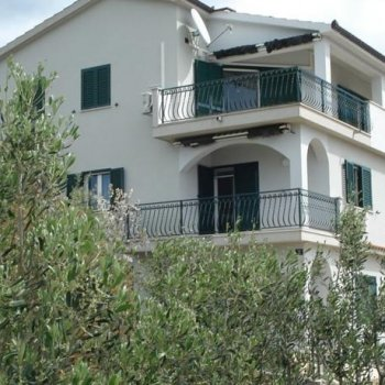 Find self-catering accommodation for 3-bedroom apartment in holiday villa in Gorda on island of Ciovo, Croatia, with clifftop sea views