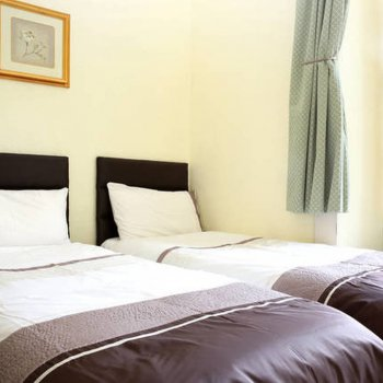 Find self-catering accommodation for St Marys Street apartment, Edinburgh for large family group