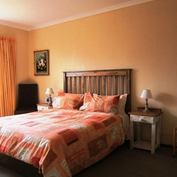 Find self-catering accommodation for 9 self-catering cottages of various sizes situated in a country estate in Kyalami, South Africa