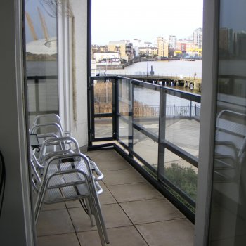 Find self-catering accommodation for Thames Apartment overlooks river. A bright and spacious home-from-home.