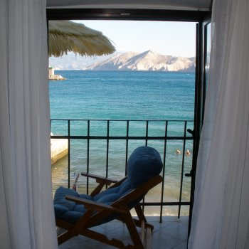 Find self-catering accommodation for 1 bedroom studio apartment in Croatia, sleeps 5, overlooking seafront with beach views
