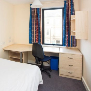 Find self-catering accommodation for Central, Edinburgh Festival period, 2 X 3 en-suite double bed flats