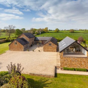 Find self-catering accommodation for A stunning 4 bedroom barn in a rural location with fantastic views