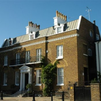 Find self-catering accommodation for Georgian apartment offering fully serviced accommodation next to Hampton Court.